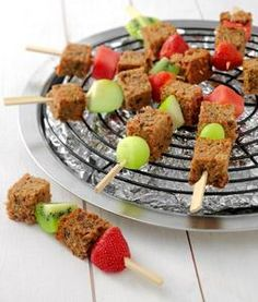 Gezonde traktatie - Spiesje ontbijtkoek Kids Party Treats, Snacks Für Party, Cute Food, Good Food, Funny Food, Birthday Snacks, Food Humor, Healthy Treats, Creative Food