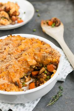 The traditional casserole Shepherd's pie with a new look. A vegetarian or even vegan version. The traditional casserole Shepherd's pie with a new look. A vegetarian or even vegan version. Veggie Recipes, Vegetarian Recipes, Cooking Recipes, Healthy Recipes, Vegan Vegetarian, Vegan Diner, Vegan Shepherds Pie, Vegan Challenge, Oven Dishes