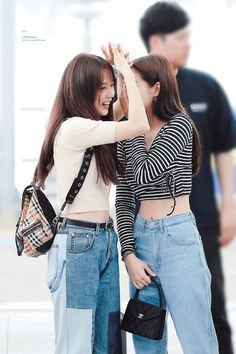 Your source of news on YG's current biggest girl group, BLACKPINK! Blackpink Jisoo, Blackpink Photos, Blackpink Fashion, Jennie Blackpink, Airport Style, Look At You, Ulzzang Girl, South Korean Girls, K Pop