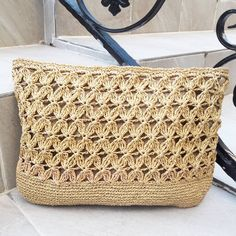 No photo description. Baby Shoes Pattern, Crochet Pouch, Macrame Bag, Crochet Baby Shoes, Crochet Handbags, Crochet Crafts, Handmade Bags, Straw Bag, Purses And Bags