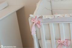 laços rosa no enxoval de bebê