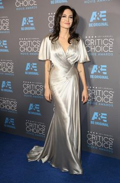 Angelina Jolie, muy 'dama de Hollywood' (nada que ver con ediciones anteriores), con un vestido de satén en plata de Versace. Ausencia de complementos y maquillaje prácticamente nude. El peinado, con esas ondas, completaba un conjunto que la hacía parecer casi una diosa griega.