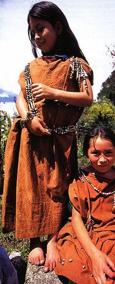 Niñas de la es:etnia amuesha o yanesha en la Amazonía peruana.