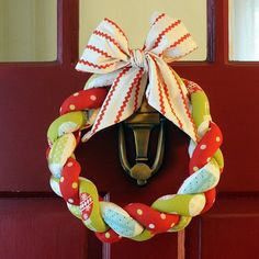 Braided Fabric Wreath - stuff sewn tubes of fabric and braid. Ok I am definitely doing this! Christmas Makes, Winter Christmas, All Things Christmas, Christmas Holidays, Diy Holiday Gifts, Holiday Crafts, Holiday Fun, Thanksgiving Holiday, Wreath Crafts