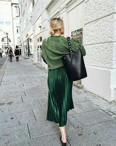 new Ideas for moda elegante casual mujer Green Pleated Skirt, Pleated Skirt Outfit, Skirt Outfits, Fall Outfits, Outfit With Skirt, Green Shoes Outfit, Emerald Green Outfit, Green Sweater Outfit, Black Shoes