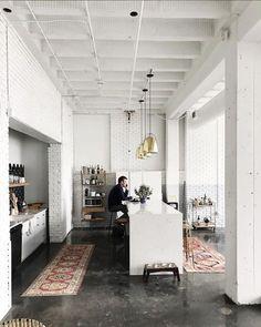 Loft kitchen with vintage rugs Home Interior, Kitchen Interior, Interior Architecture, Kitchen Decor, Kitchen Design, Diy Kitchen, Kitchen Ideas, Casa Park, Casa Loft