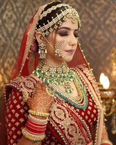 [New] The 10 Best Eye Makeup Ideas Today (with Pictures) - Red Lehenga contrasting wedding jewelry and killer bridal looks this is all you need to make heads turn and make everyone go aww. Indian Bridal Photos, Indian Bridal Outfits, Indian Bridal Lehenga, Indian Bridal Fashion, Indian Bridal Makeup, Indian Bridal Wear, Red Lehenga, Wedding Makeup, Pakistani Bridal