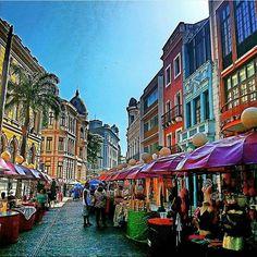 Interligado ao resto da cidade por inúmeras pontes, o bairro apresenta um importante conjunto arquitetônico. Na época, imigrantes europeus se estabeleceram na Rua dos Judeus, hoje Rua do Bom Jesus.