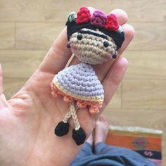Good morning! You can find the free Frida brooch head pattern on my IG feed (you need to roll down a little) if you wish to make your own ☺have a nice weekend! Yağmurlu bir güne merhaba! Ama olsun dışarısı mis gibi kokuyor frida pek örmesen de artık bu çok özel bir istekti, kıramadım umarım gittiği yere mutluluk götürür. Herkese mutlu bir gün olsun! #amigurumi #amigurumis #craftastherapy #craft #crochet #crochetaddict #crochetersofinstagram#etsy #etsyfinds #yarn #yarnaddict #dolls #dollma...