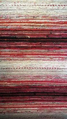 Gentle ombré effect. Weaving Textiles, Weaving Art, Tapestry Weaving, Loom Weaving, Hand Weaving, Cool Tapestries, Rug Inspiration, Textile Fiber Art, Weaving Projects