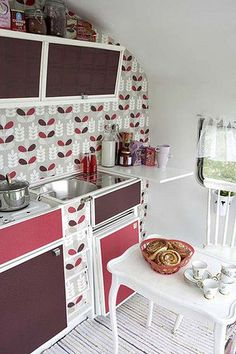 Great collection of Camper Trailer decoration ideas. Great for restoring a vintage trailer or to update a camper. Have fun decorating your home on wheels. Vintage Caravans, Vintage Travel Trailers, Vintage Campers, Vintage Rv, Trailer Interior, Camper Interior, Kitchen Interior, Camping Car, Camping Ideas