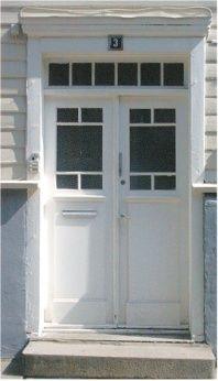 ilnærming til jugendstil i vinduene i dørspeilene (til høyre). Disse utforminger av dører var ofte ofte å finne på større privatboliger eller bygninger i byene. Jugendstil på dører hadde ofte enkeltvise fyllinger som kunne dekke 2/3 deler av dørbladet (Foto: Gamletrehus.no)