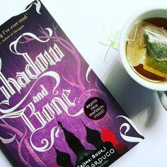 (*´・ω・。)I finished this book this weekend ⇝ Shadow and Bone by Leigh Bardugo.  https://www.instagram.com/p/BIQ-iUjhmJr/