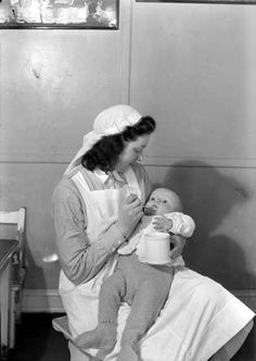 [Kvinne med barn på Spebarnshjemmet, Kalfarveien 43] fra marcus.uib.no