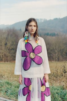 Take a look to Christopher Kane Pre-Fall 2017-18collection: the fashion accessories and outfits seen on Londra runaways.