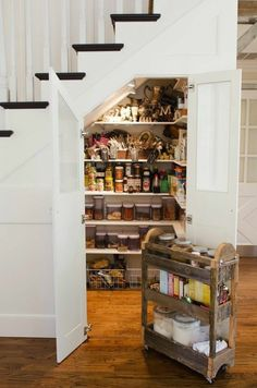 le dessous de l 39 escalier est un espace optimiser avec des rangements bien pratique pour gagner. Black Bedroom Furniture Sets. Home Design Ideas