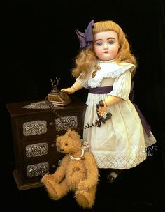 """Наверное такая кукла есть у каждого коллекционера - как возьмешь её в руки, так остановиться не можешь - щелк-щелк-щелк!... Очень люблю её фотографировать! А ведь это я """"просто воротничок хотела показать"""" новый. :))) Платье родное, совсем простенькое, и я решила просто добавить съемный…"""