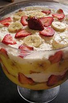Best Strawberry-Banana Trifle - Layers of fresh Chiquita Bananas, strawberries, pound cake and creamy pudding make a wonderfully satisfying dessert. Trifle Desserts, Just Desserts, Delicious Desserts, Yummy Food, Awesome Desserts, Healthy Desserts, Banana Recipes, Fruit Recipes, Dessert Recipes