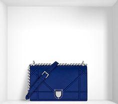 Un panorama de styles pour une silhouette mode. Diorama s'affirme comme le sac signature et fashion de la nouvelle femme Dior. Une forme contemporaine et architecturée qui se décline en une véritable garde-robe, des essentiels aux versions plus sophistiquées. Une collection de sacs telle une capsule de prêt-à-porter.