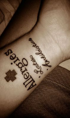 I would definitely get this medical tattoo! If I had medical problems! It's such a great idea and could definitely save a life! Medical Alert Tattoo, Medical Tattoos, Health Symbol, Health Logo, Tattoo Band, Ice Tattoo, Tattoo Designs, Latex Allergy, Girly