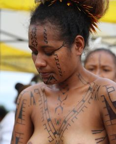 First Motu woman to start the process of wearing full body tatu.  Thinking of this brave young woman… Her tatu journey is not yet complete… sunameke terita teptok melanesian tattoo revareva gabagaba Tumblr