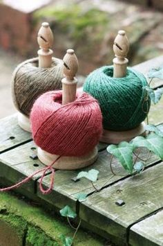Oak twine stands with integral cutter and jute string.