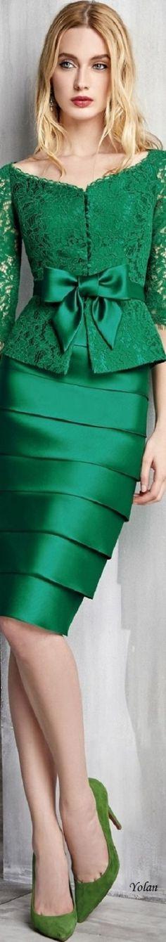 Solo mio vestido elegante de verde en satín, hasta la cintura y blazer verde en blonda❤️