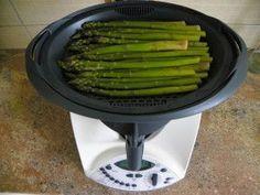 Cuisson des asperges au Thermomix (TM31) : éplucher et laver les asperges, Mettre 500 g d'eau salée ( 2 c à c ) dans le bol et poser le varoma sur le bol Régler 20 à 25 minutes à température varoma vitesse 1. *** 30 minutes de cuisson pour moi !!