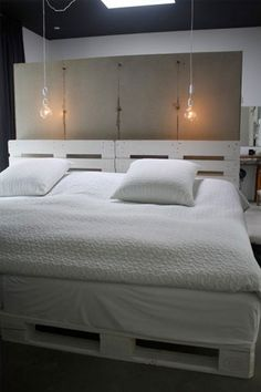 transcendence designs of home furniture then these DIY pallet bed frame ideas with headboard will really provide the creative width to your vision and thinking. Diy Pallet Bed, Pallet Bedframe, Pallet Furniture Designs, Palette Diy, Palette Projects, Diy Casa, Headboards For Beds, My New Room, Wood Pallets