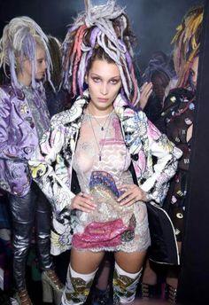 Hot, hot, hot! Bella Hadidbezauberte bei der Show von Marc Jacobs auf der NYFW mit kunterbunten Dreadlocks. Auf ihre Frisur schautebei diesemtransparenten Oberteilaberwohlkeiner mehr.