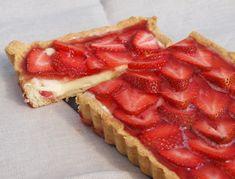 Er zijn weer heerlijke, verse aardbeien verkrijgbaar. Met deze aardbeien heb ik een aardbeientaart gemaakt, de taart bestaat uit een simpele bodem, banketbakkersroom, verse aardbeien en een gelatin…