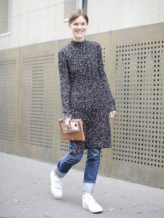 STYLIGHT Streetview. Der Kleid-über-Hose-Lagenlook ist lässig, bequem und mega angesagt. Das Einzige, was man beachten muss: Das Kleid darf nicht zu eng sitzen und sollte zu einer schmalen Hose kombiniert werden. Leuchtend-weiße Sneaker und eine hübsche Clutch dazu – and you are ready to go!