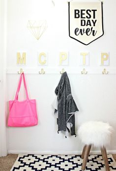 Love this faux mudroom for when you don't have an actual mudroom! SO cute! - Click for tutorial! MichaelsMakers  Classy Clutter