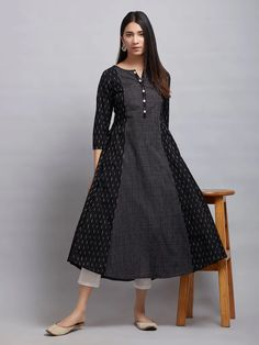 Koupit Black Cotton Kurta on-line na Theloom Simple Kurta Designs, Kurta Designs Women, Dress Neck Designs, Designs For Dresses, Pakistani Dresses Casual, Pakistani Frocks, Ikkat Dresses, Kurta Neck Design, Look Retro