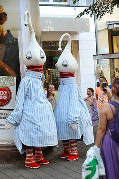 """Groupe Démons et Merveilles - Im Jahr 1991 gegründet, hat sich die französische Straßentheatergruppe auf visuelles Theater mit Masken spezialisiert. Hier zu sehen: der Walkact """"Les Dédés"""". Die Dédés sind äußerst verspielte Figuren - immer zu einem Spaß aufgelegt. Mit wohlwollenden Absichten suchen sie den direkten Kontakt zu den Passanten und nehmen jede Einladung zu einer Streicheleinheit gerne an."""