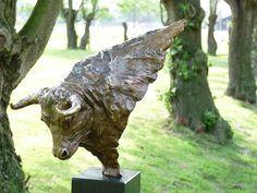 Taurus-stier is een bronzen beeld van een stier.| bronzen beelden en tuinbeelden, figurative bronze sculptures van Jeanette Jansen |