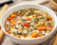 A healthy twist on an old CLASSIC-this kale and quinoa minestrone soup will be your favorite this fall season! Best Soup Recipes, Diet Recipes, Healthy Recipes, Red Vegetables, Italian Soup, Zuppa Toscana, Healthy Soup, Mediterranean Recipes, Vegetable Recipes