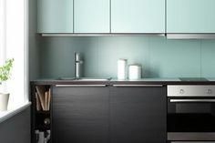 4couleur-cuisine-vert-menthe-crédence-façade-armoires-bois-sombre