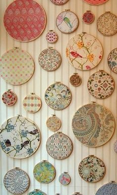 embroidery hoop crafts fabric scraps frames * stickrahmen handwerk stoff schrotte rahmen embroidery hoop crafts fabric scraps frames * For Dogs fabric crafts; For Him fabric crafts; Diy Wand, Mur Diy, Fabric Display, Fabric Decor, Fabric Wall Art, Yarn Display, Display Wall, Wall Decor, Craft Ideas