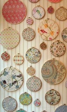 Lindos retalhos de tecidos tornam-se verdadeiras obras de arte se emoldurados com bastidores de diversos tamanhos. Note que, nesta composição, o fundo texturizado (de madeira) dá mais impacto à decoração