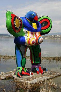 Niki de Saint Phalle (1930 – 2002), was een Frans-Amerikaanse kunstschilder en beeldhouwer. Murten