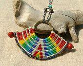 Quelque part au-dessus de l'arc-en-ciel perlée macramé collier rouge corail perles colorées - tagt équipe