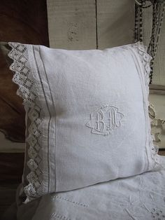 Rustic Shabby Chic, Shabby Chic Cottage, Linen Pillows, Cushions, Old Sheets, Pillow Embroidery, Creation Deco, Linens And Lace, Fine Linens