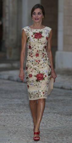 Queen Letizia of Spain in sleeveless white floral sheath dre.- Queen Letizia of Spain in sleeveless white floral sheath dress. Elegant Dresses, Pretty Dresses, Casual Dresses, Short Dresses, Fashion Dresses, Sexy Dresses, Formal Dresses, Wedding Dresses, Tight Dresses