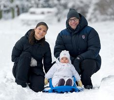 Crown Princess Victoria of Sweden and Prince Daniel pose for a Christmas family photo with Princess Estelle - hellomagazine.com