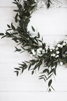 white and green wreath Noel Christmas, Christmas Countdown, Winter Christmas, All Things Christmas, Xmas Holidays, Simple Christmas, Christmas Ornament, Green Wreath, Olive Wreath