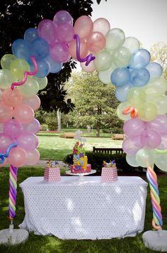 Un precioso arco de globos para una fiesta en el jardín / A lovely balloon arch for a garden party