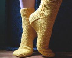 Canola Socks are a free women socks knitting pattern with a simple stitch pattern to showcase a nice plain yarn. Knitting Videos, Knitting Stitches, Knitting Socks, Free Knitting, Drops Design, Stitch Patterns, Knitting Patterns, Adidas Tubular Shadow, Sport Weight Yarn