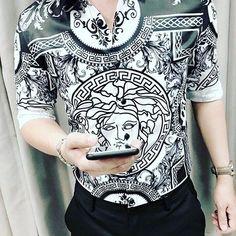 ÁO SƠ MI 3D DUY NHẤT ĐỘC NHẤT CHỈ CÓ TẠI VIKING Logo Versace là biểu tượng liên quan đến một nhân vật thần thoại Hy Lạp ác quỷ Medusa (quỷ đầu rắn) có khả năng hóa đá tất cả những ai nhìn vào mắt nó. Gianni Versace là một người tôn thờ hình tượng thần thoại nên vào năm 1978 ông đã chọn Medusa làm biểu tượng chính cho logo của Versace. Kiểu dáng : áo cổ sơ mi tay dài Màu sắc : 3D như hình Chất liệu: Lụa Size : M L XL Web: Vikingtrendy.com - Thoitrangviking.com - Vikingufo.com #áo_sơ_mi #3d Logo Versace, Versace Men, Gianni Versace, Creative T Shirt Design, Mens Designer Shirts, Fashion Beauty, Mens Fashion, Stylish Boys, Burberry Men
