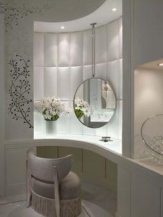 Elégante et somptueuse coiffeuse design luxueux posée dans la salle de bain